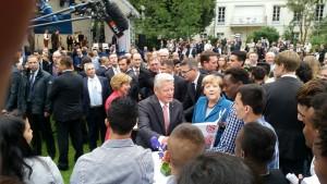 Bundespräsident Joachim Gauck blättert im AsA-Fotoalbum. Foto: Till Winkelmann