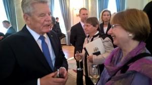 Karin Ahrens im Gespräch mit Bundespräsident Joachim Gauck auf der Feier nach der Verleihung des Bundesverdienstkreuzes