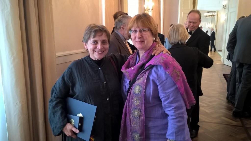 Karin Ahrens mit Schauspielerin Katharina Thalbach, die ebenfalls mit dem Bundesverdienstkreuz ausgezeichnet wurde.