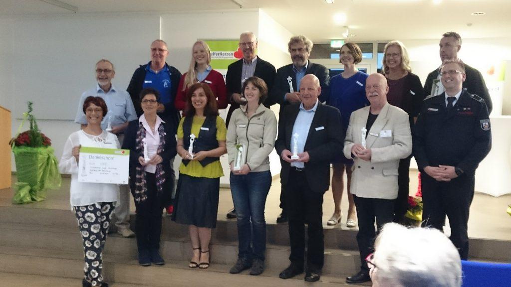 Gruppenbild mit Dame: Unsere neue Vereinsvorsitzende Felicitas Nacaroglu (2.v.li.unten) während der Preisverleihung